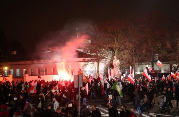 Uczestnicy Marszu Niepodległości pod Belwederem /Leszek Szymański /PAP