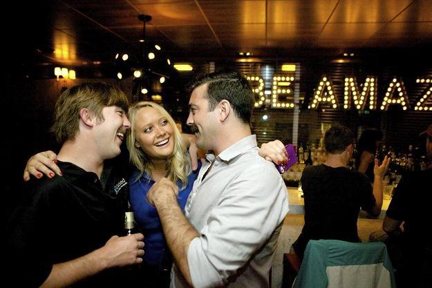 """Uczestnicy """"randki w ciemno"""" zorganizowanej przez portal Grouper w pubie w San Francisco /The New York Times Syndicate"""