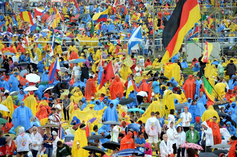 Uczestnicy ŚDM zbierają się na krakowskich Błoniach /Jacek Turczyk /PAP