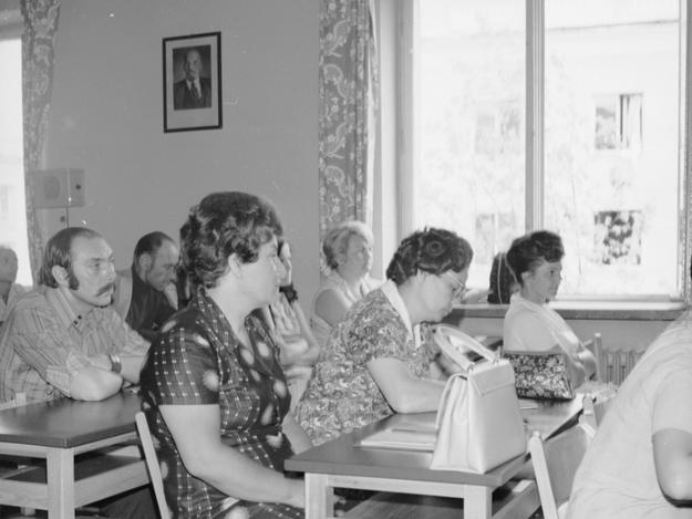 Uczestnicy spotkania w Centralnym Ośrodku Szkoleniowym Zjednoczonego Stronnictwa Ludowego w Warszawie. W tle na ścianie portret Włodzimierza Lenina i głośnik od radiowęzła /Z archiwum Narodowego Archiwum Cyfrowego