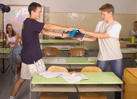 Uczniowie po raz pierwszy muszą zmagać się z egzaminacyjnym stresem.