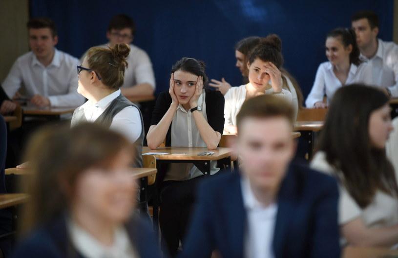 Uczniowie XXIV Liceum Ogólnokształcącego im. Cypriana Norwida w Warszawie przed rozpoczęciem egzaminu maturalnego /PAP