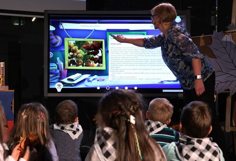Uczniowie z klas pierwszych podczas pokazowej lekcji z e-podrecznikiem, zdj. ilustracyjne /Mariusz Grzelak/REPORTER /East News