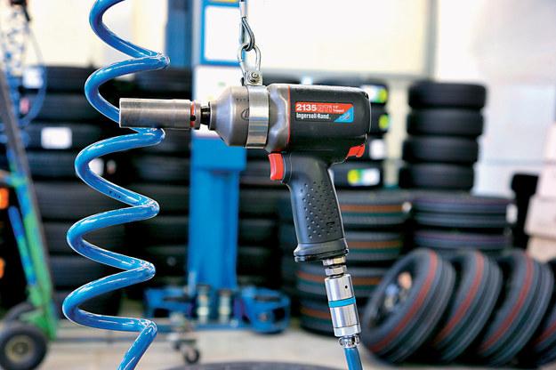Uderzeniowe odkręcanie powala uzyskać ogromny moment odkręcania (nawet ponad 1000 Nm), co pozwala ruszyć mocno dokręcone śruby, jeżeli tylko wytrzymają to i nie ulegną urwaniu. /Motor
