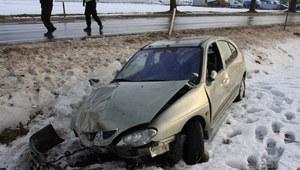 Uderzyła w drzewo, auto przewróciło się na dach