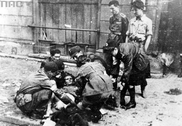 Udzielanie pomocy rannemu w powstaniu warszawskim /Z archiwum Narodowego Archiwum Cyfrowego