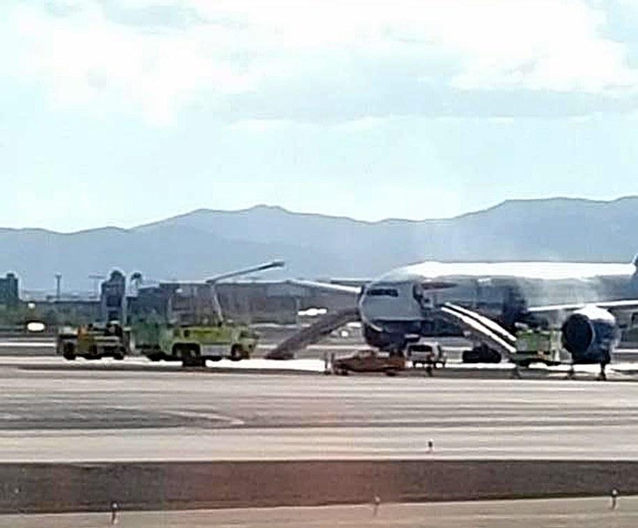 Ugaszony samolot na lotnisku w Las Vegas //BRADLEY HAMPTON via TWITTER /PAP/EPA