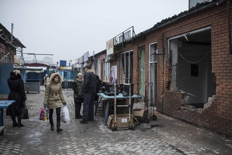 Ukraińcy masowo uciekaję z terenów ogarniętych wojną, na zdj. Mariupol po ostrzale /AFP /East News
