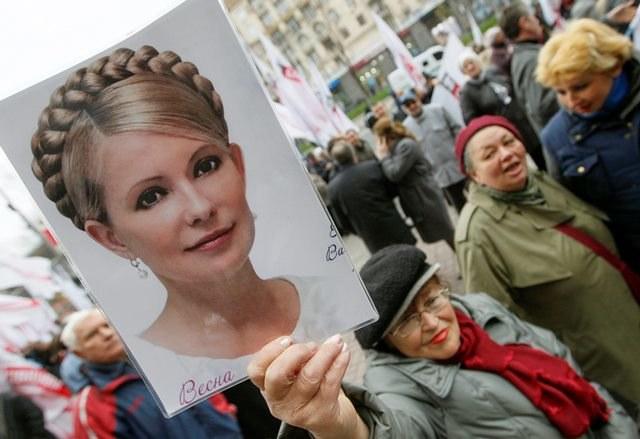 Ukraińcy protestujący żądali uwolniena Tymoszenko /SERGEY DOLZHENKO /PAP/EPA