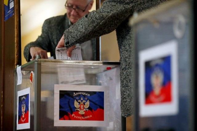 Ukraińcy w trakcie głosowanie w referendum /MAXIM SHIPENKOV    /PAP/EPA