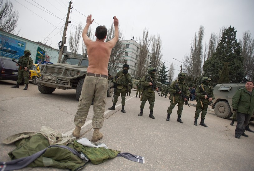 Ukrainiec prosi o odejście rosyjskich żołnierzy blokujących dostęp do ukraińskiej bazy wojskowej w Bałakławie /PAP/EPA