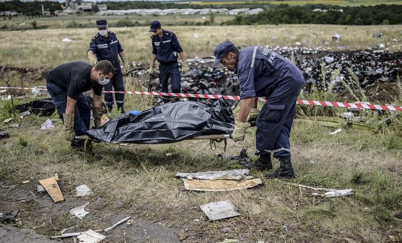 Ukraińscy ratownicy zbierają ciała ofiar /AFP