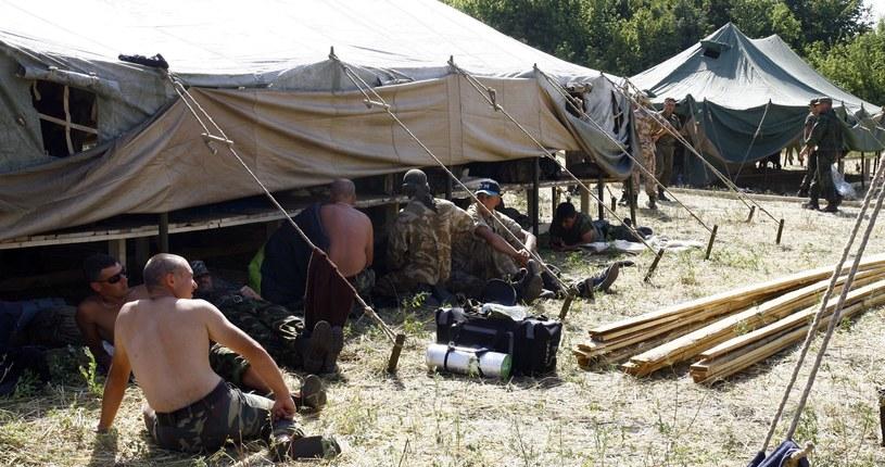 Ukraińscy żołnierze odpoczywają w prowizorycznym obozie na terytorium Rosji /AFP
