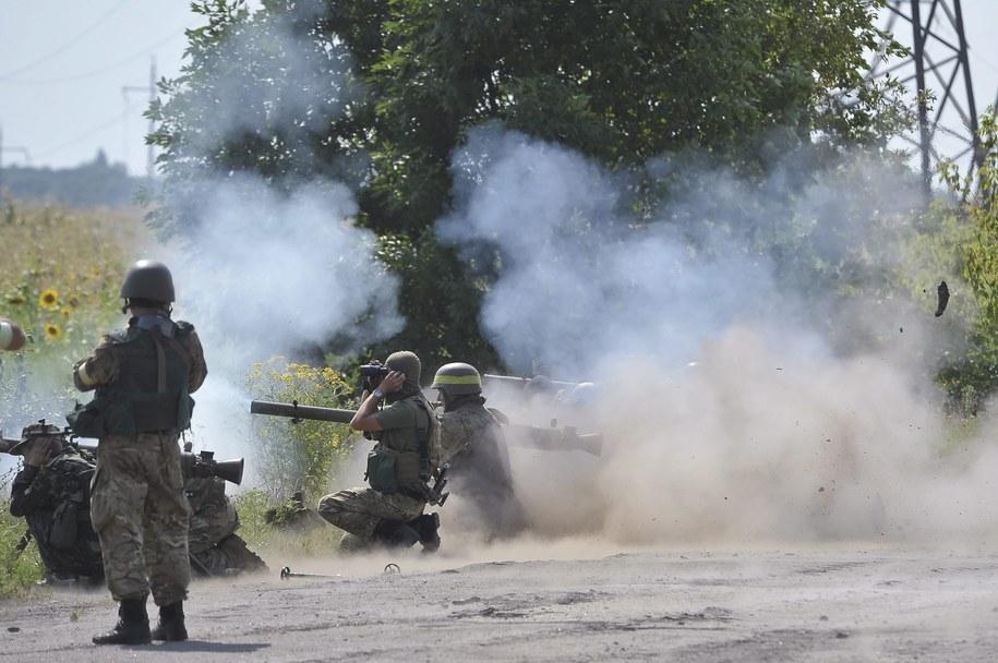Ukraińscy żołnierze ostrzeliwują pozycje separatystów w obwodzie ługańskim /IVAN BOBERSKYY (PAP/EPA) /PAP/EPA