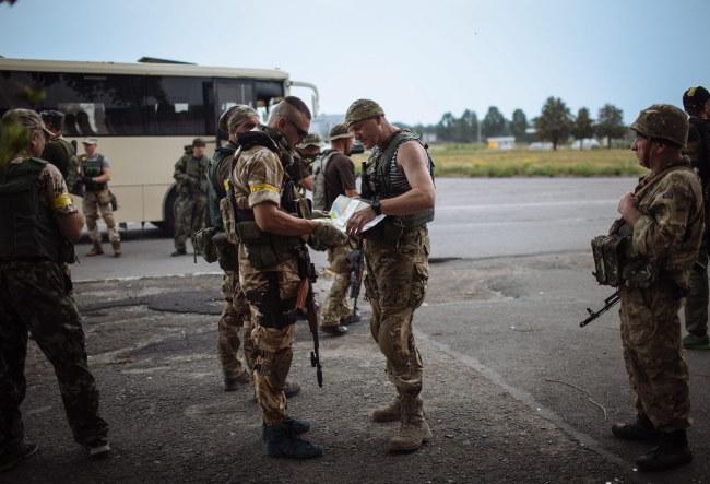 Ukraińscy żołnierze walczący z separtatystami /ROMAN PILIPEY /PAP/EPA