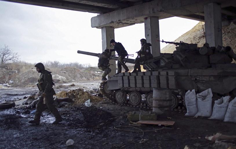 Ukraińscy żołnierze we wsi Peski pobliżu Doniecka /PAP/EPA