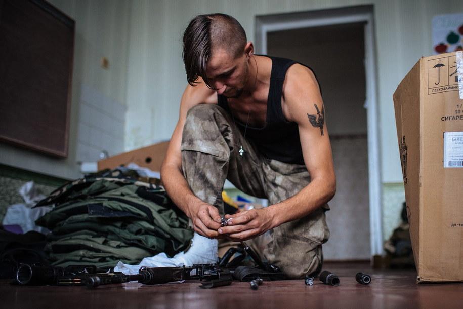Ukraiński aktywista z batalionu Donbas /ROMAN PILIPEY /PAP/EPA