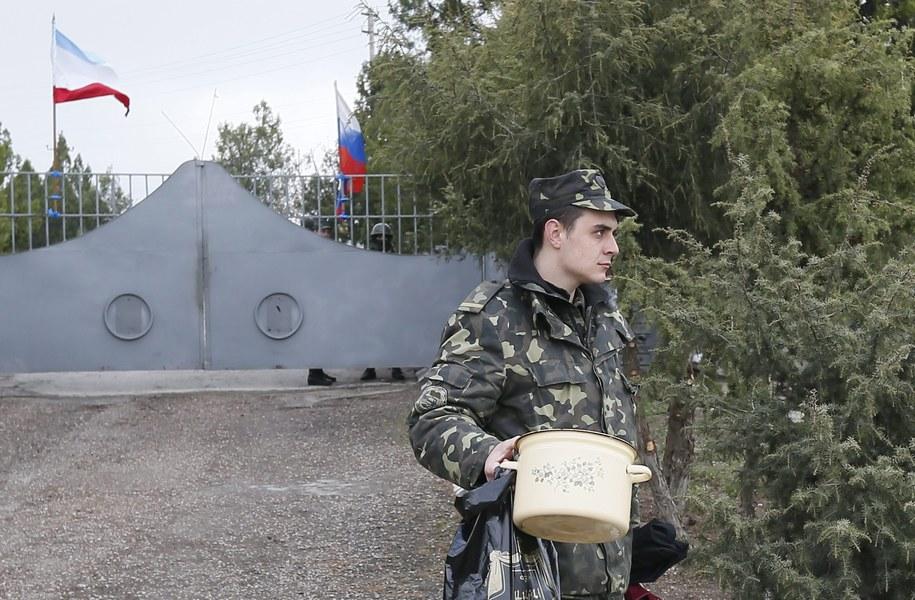 Ukraiński żołnierz opuszcza jednostkę w Bachczysaraju na Krymie, przejętą przez wojsko rosyjskie /YURI KOCHETKOV /PAP/EPA