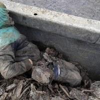 Ukryci w kontenerze pod stertą złomu chcieli przedostać się do Europy