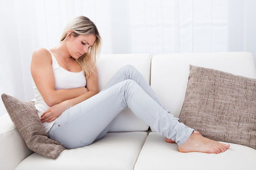 Ulgę w bólu brzucha przyniesie ciepły okład /123RF/PICSEL