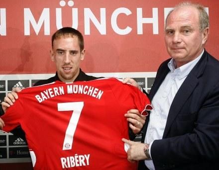 Uli Hoeness jest zachwycony grą sprowadzonego Francka Ribery /AFP