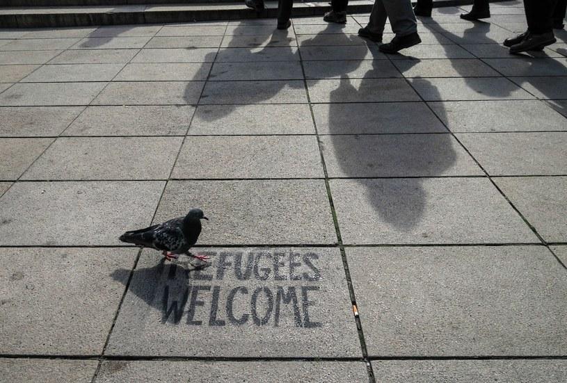 """Ulica Krakowskie Przedmieście, napis na chodniku """"Refugees welcome"""" /Bartosz Krupa /East News"""