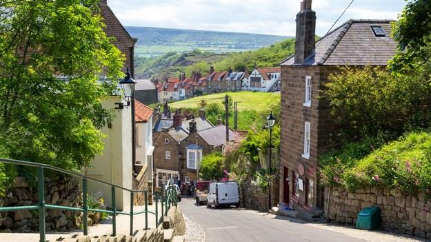 Ulica w Robin Hood Bay w Yorkshire /123/RF PICSEL