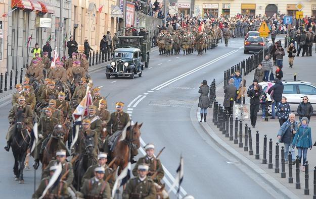 Ulicami Warszawy przeszła defilada historyczna / fot. Jacek Turczyk /PAP