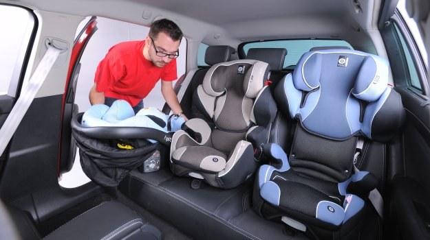 Umieszczenie trzech fotelików obok siebie nie zawsze jest możliwe – nawet w aucie o rodzinnym charakterze. /Motor