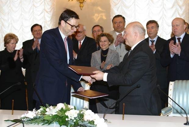 Umowę w moskiewskim ratuszu podpisali Louis Schweitzer i Yuri Luzhkov /INTERIA.PL