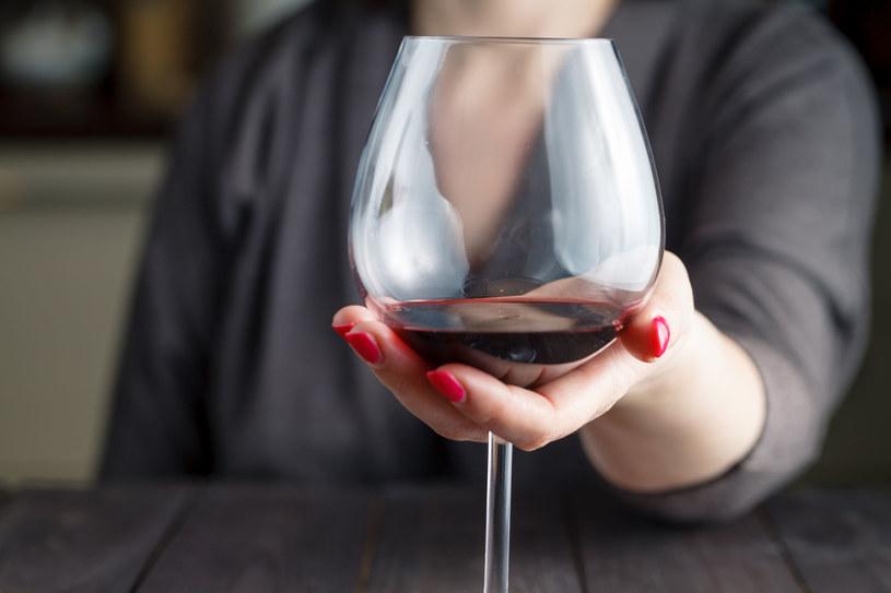 Unikaj alkoholu, zwłaszcza wieczorem /©123RF/PICSEL