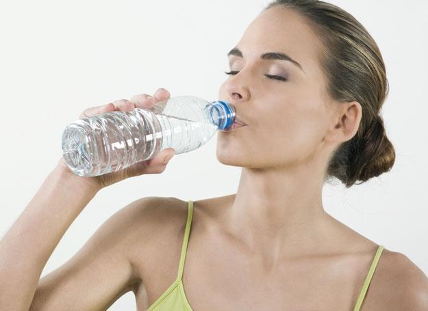 Unikaj picia napojów energetyzujących, zawierających kofeinę /© Panthermedia