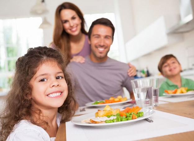 Unikaj potraw smażonych w głębokim tłuszczu, wybieraj raczej potrawy grillowane /©123RF/PICSEL