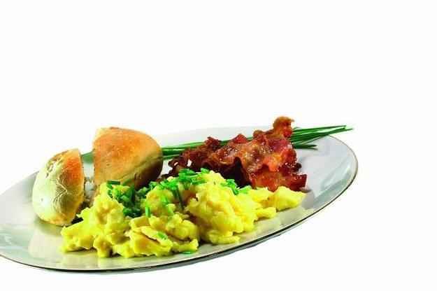 Upewnij się, że masz jajka. Jajecznica na maśle i tost z miodem to najlepsze śniadanie na kaca! /123/RF PICSEL