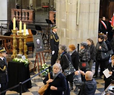 Urna z prochami Andrzeja Wajdy wystawiona w bazylice św. Trójcy.