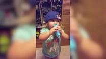 Urocza dziewczynka śpiewa hymn