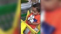 Uroczy chłopiec podczas jedzenia loda