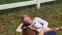 Uroczy koń zasnął przytulony do jej piersi