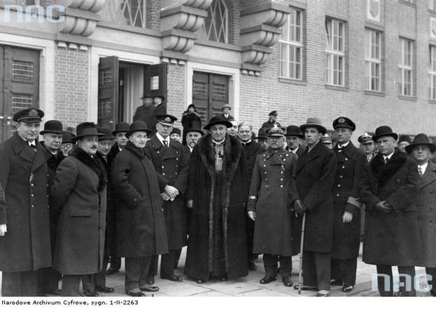 Uroczystość poświęcenia Państwowej Szkoły Morskiej w Gdyni. Drugi z prawej - Antoni Garnuszewski /Z archiwum Narodowego Archiwum Cyfrowego