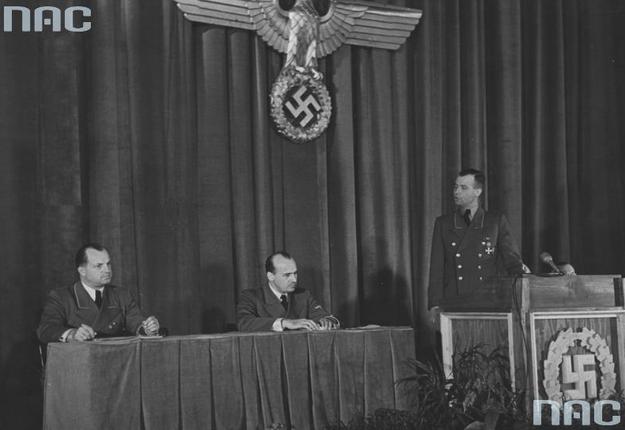 Uroczystość w Generalnym Gubernatorstwie z udziałem Hansa Franka (w środku) /Z archiwum Narodowego Archiwum Cyfrowego