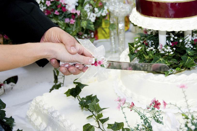 Uroczystość zaślubin powinna być zabawą okraszoną dobrymi nastrojami /© Photogenica/Glow Images