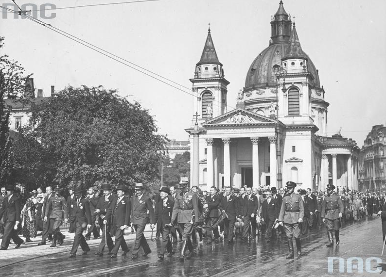 Uroczystości obok kościoła św. Aleksandra na placu Trzech Krzyży, 1935 r. /Ze zbiorów Narodowego Archiwum Cyfrowego