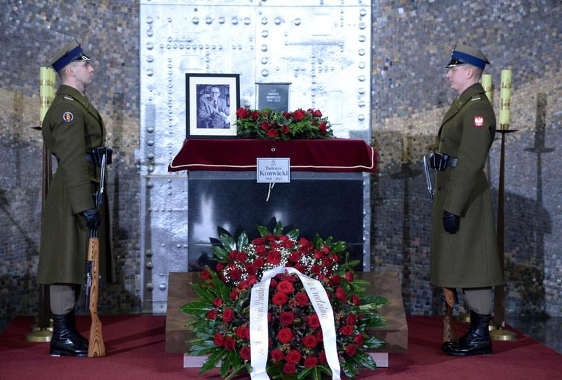 Uroczystości pogrzebowe Tadeusza Konwickiego w Domu Pogrzebowym Cmentarza Komunalnego Powązki Wojskowe w Warszawie /Jacek Turczyk /PAP