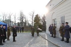 Uroczystości smoleńskie przed siedzibą MON