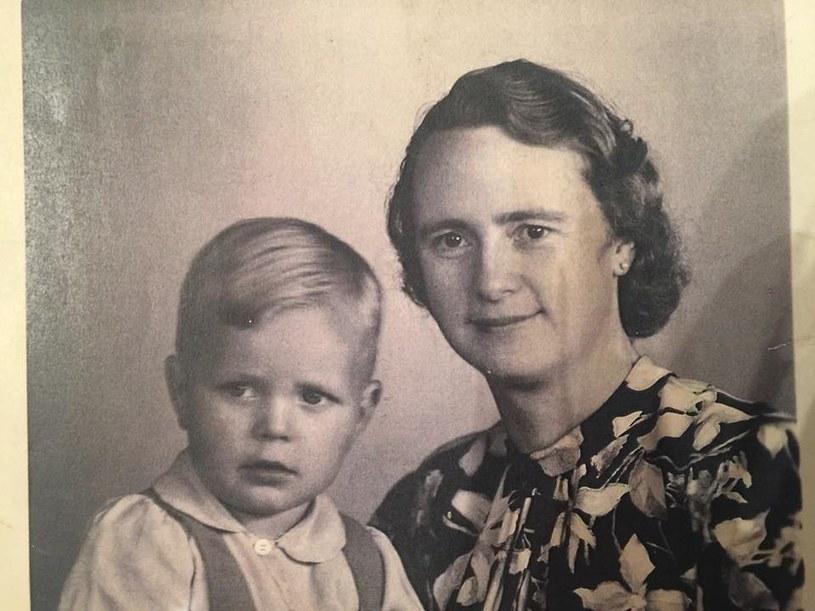 Urodził się w 1942 jako Aleksander Litau. Odebrany biologicznym rodzicom, trafił do ośrodka Sonnenwiese niedaleko Lipska /Deutsche Welle