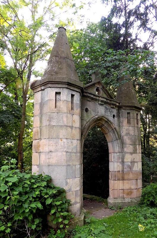 Urokliwa, kamienna brama obok pałacu. Fot. D. Pietrucha /Odkrywca