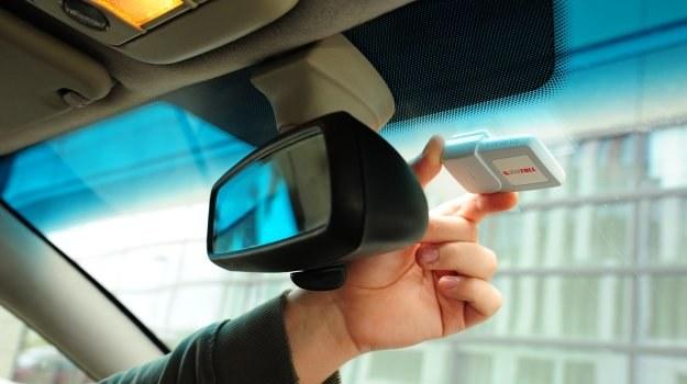 Urządzenie viaAuto przyklejone w górnej części przedniej szyby. /Motor