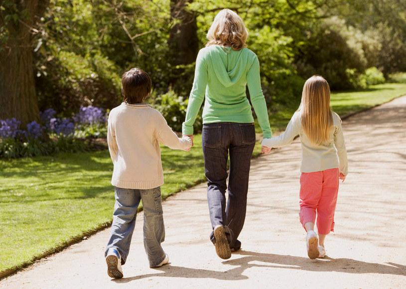 Urzędnicy często zbyt pochopnie decydują o odebraniu rodzicom dzieci. /123RF/PICSEL