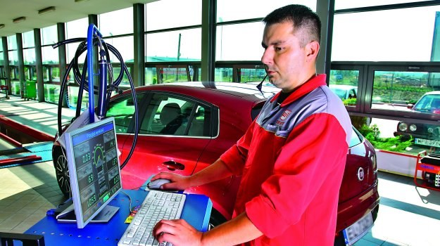 Urzędnicy unijni doszli do wniosku, że istnieje potrzeba zaostrzenia reguł przeprowadzania kontroli stanu technicznego pojazdów. /Motor