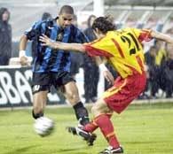 US Lecce - Inter 2:2. Adriano mija Lorenzo Stoviniego /AFP